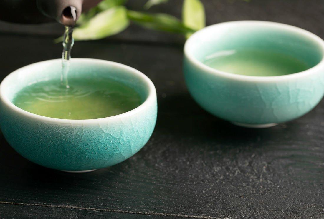 Le thé, allié du microbiote contre un transit intestinal lent